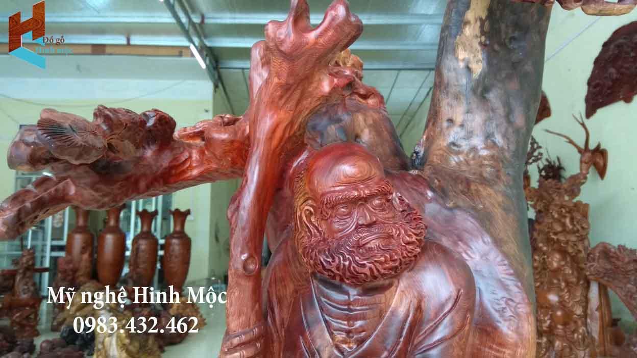 tượng gỗ Đạt Ma xách chiếc giầy