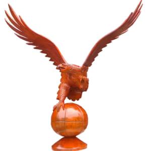 Tượng gỗ đại bàng đậu trên quả cầu