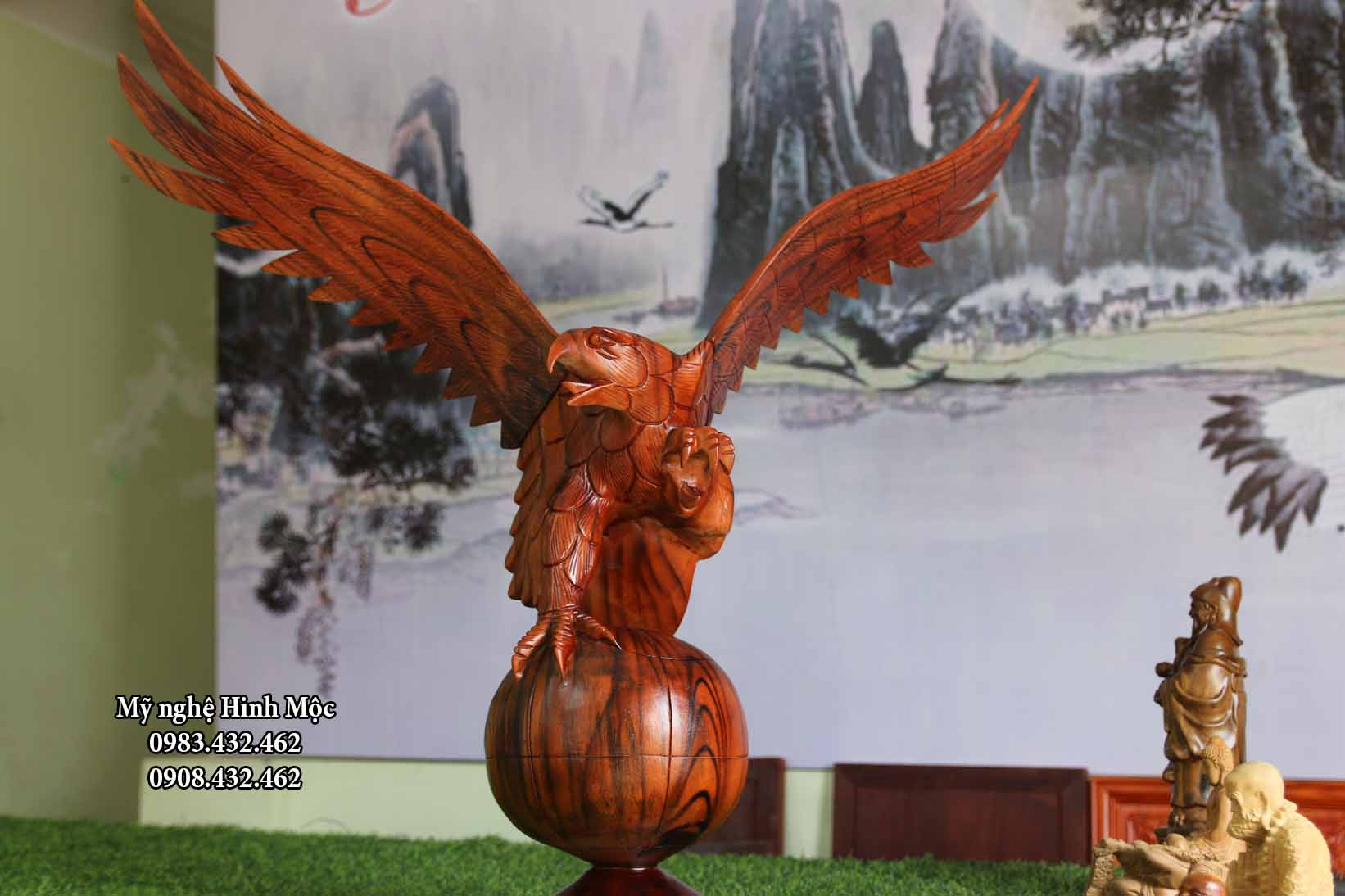 Tượng chim đại bàng gỗ xà cừ