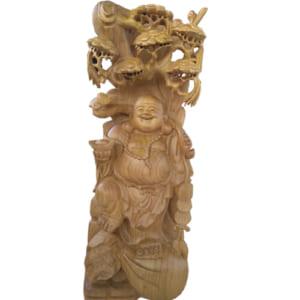 Tượng gỗ Di Lặc đứng dưới gốc tùng gỗ xá xị