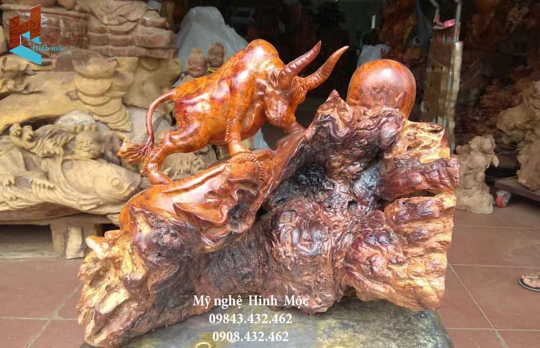 Tượng con trâu rừng bằng gỗ hương