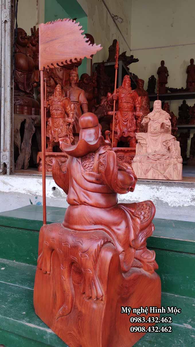 Tượng Quan Công ngồi đọc sách