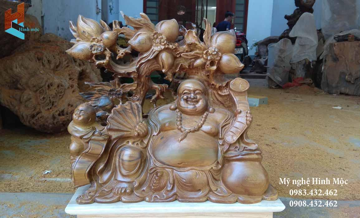 Phật Di Lặc ngồi gỗ bách xanh