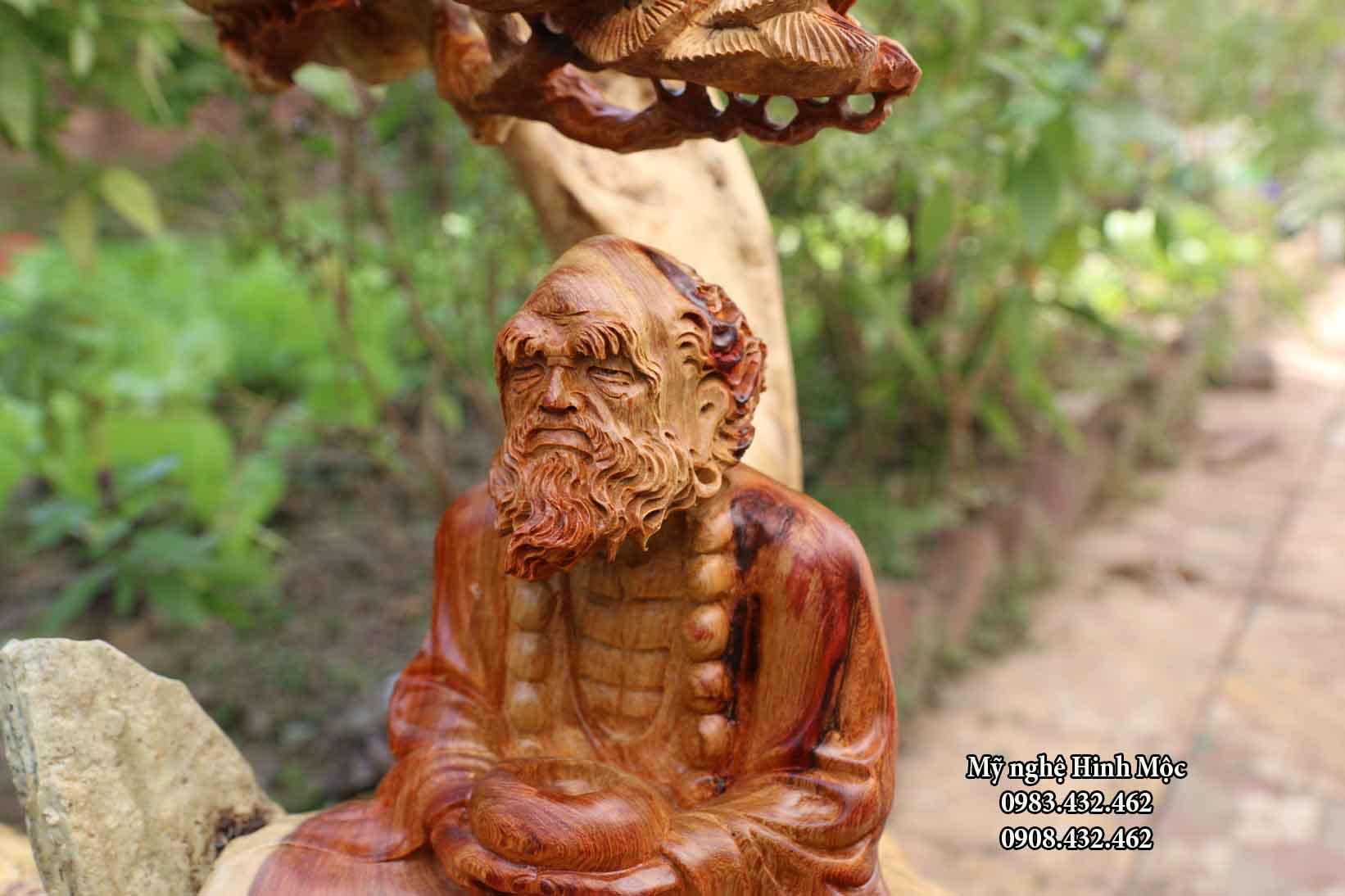 Tượng gỗ Đạt Ma ngồi thiền dưới gốc tùng