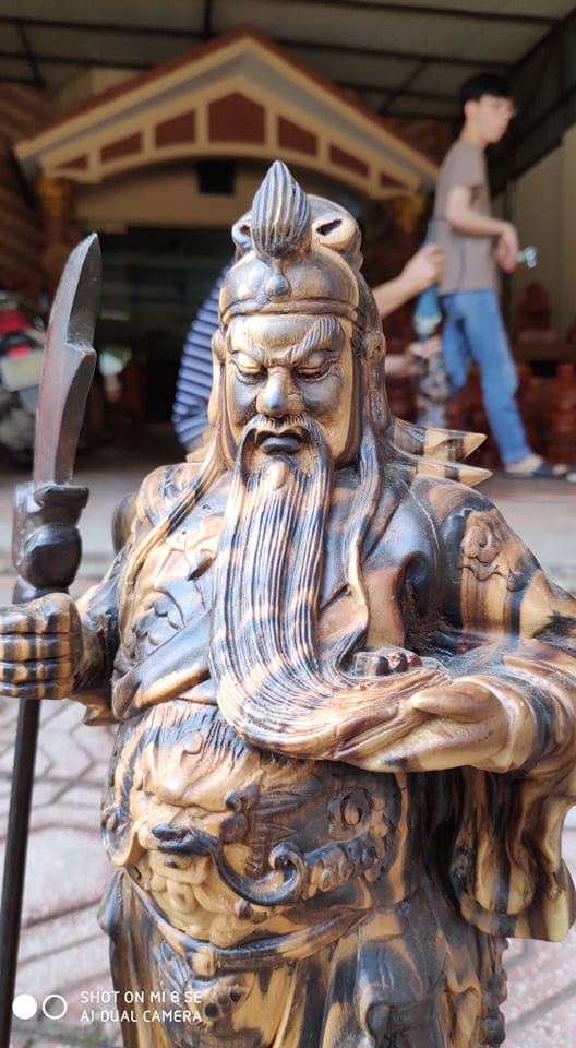 Tượng Quan Công đứng chống đao trấn trạch