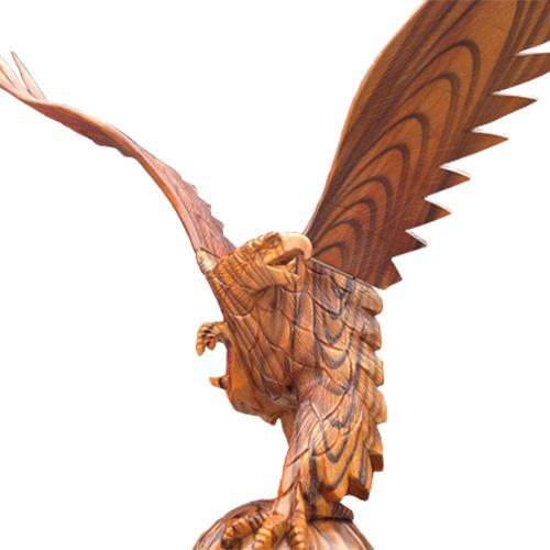tượng chim ưng bằng gỗ