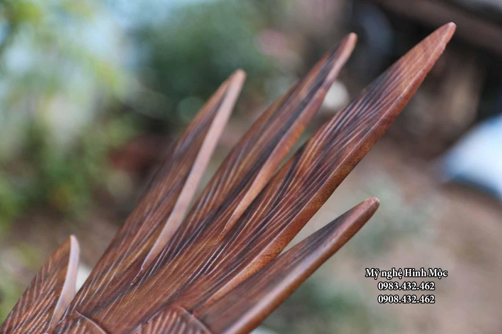 Tượng con chim ưng bằng gỗ