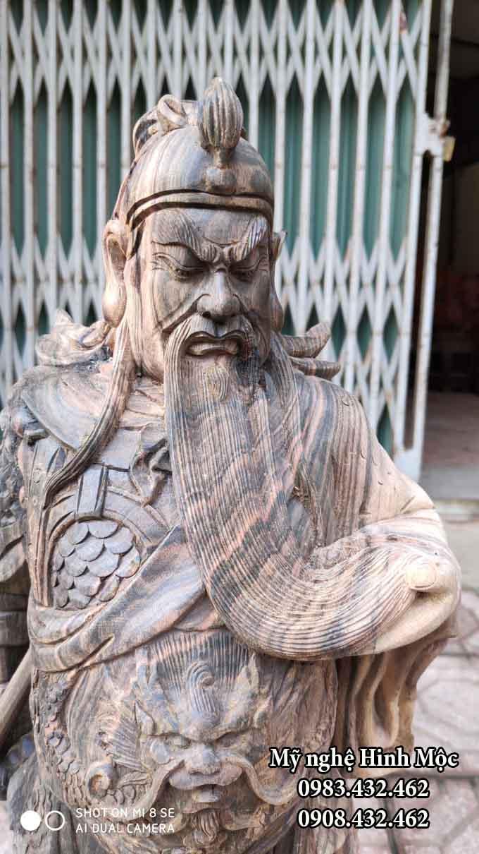 Tượng Quan Công xách đao vuốt râu