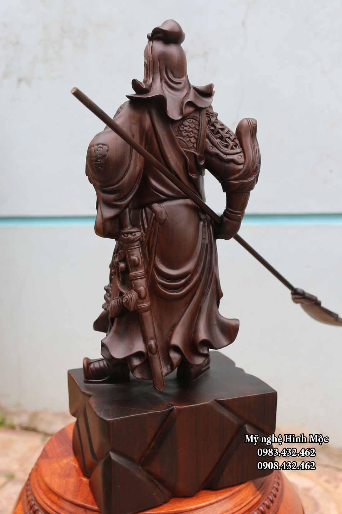 Tượng gỗ Quan Công xách đao
