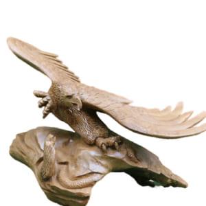 Tượng đại bàng và rắn bằng gỗ xá xị