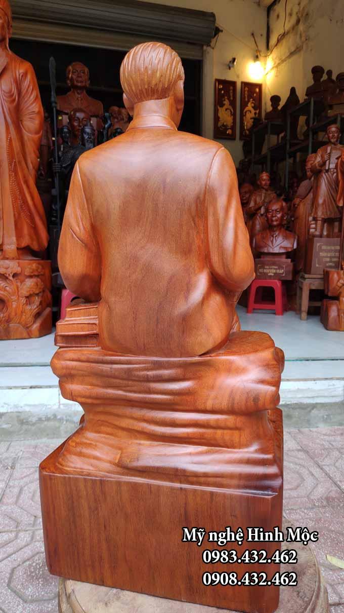 Tượng Bác Hồ ngồi đọc sách gỗ hương