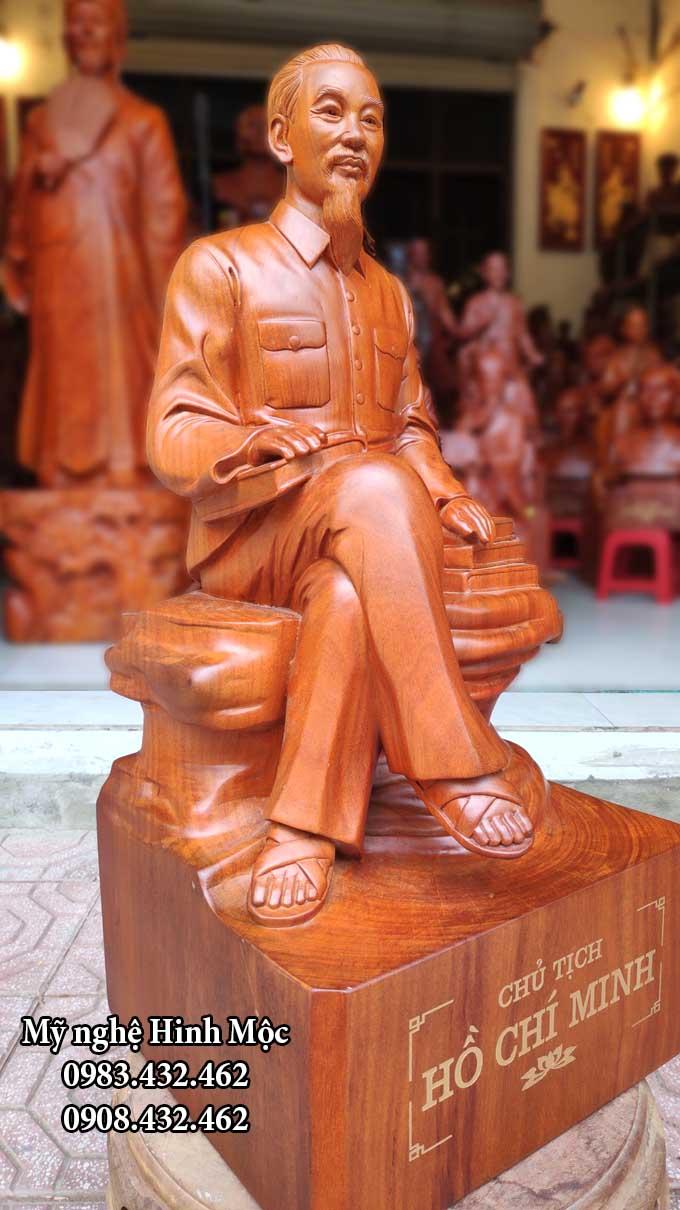 Tượng HCM ngồi đọc sách