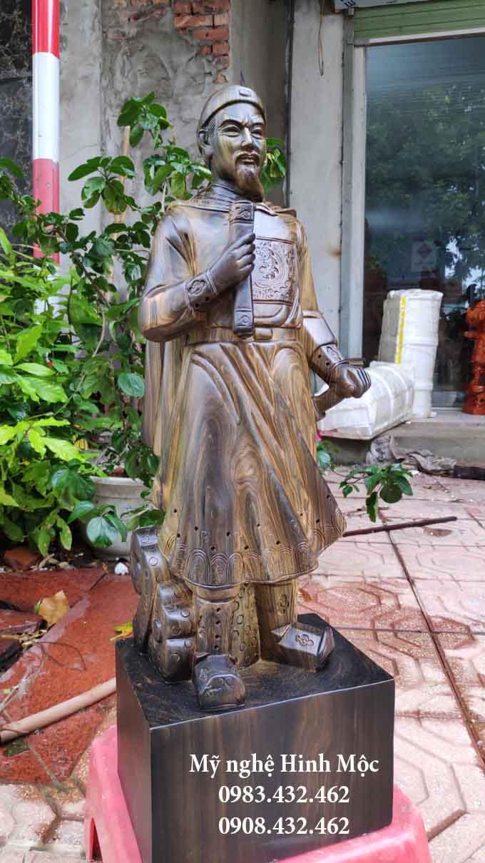 Tượng Trần Quốc Tuấn bằng gỗ mun