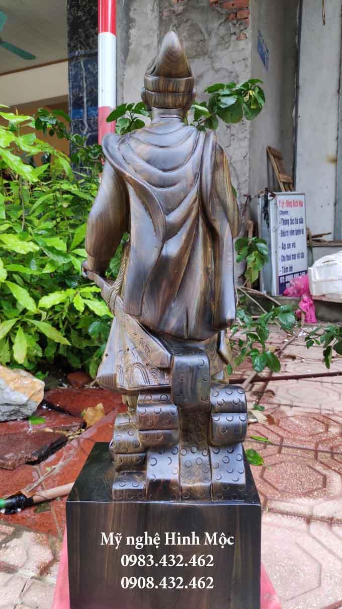 Tượng Trần Hưng Đạo bằng gỗ