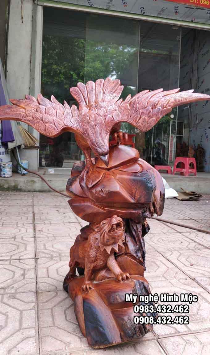 Tượng gỗ chim đại bàng và hổ