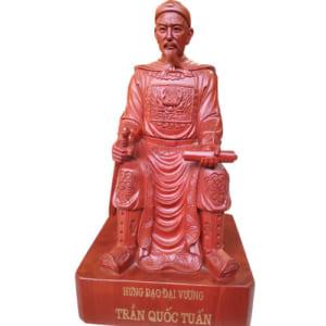 Tượng Trần Quốc Tuấn ngồi ngai